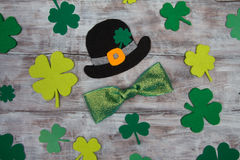 Black hat St. Patrick clover leaves and shiny bow Stock Photography