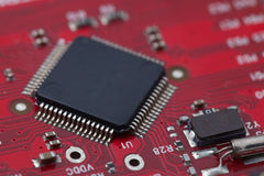 Black IC on red PCB Royalty Free Stock Photos