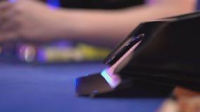 Black Jack de juego en un casino - cercano para arriba de tarjetas de dibujo del trineo metrajes