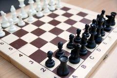 black maten för förlust för viktign för leken för slutet för schacket för brädeaffärskontrollen, metafor sommonokromen över strat royaltyfria bilder