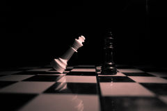 black maten för förlust för viktign för leken för slutet för schacket för brädeaffärskontrollen, metafor sommonokromen över strat Fotografering för Bildbyråer