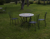 The black metal table and chair set in the garden. Royalty Free Stock Photos
