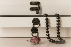 Black pearls necklace in a wooden casket Royalty Free Stock Photography