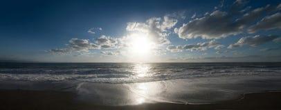 Black Sea i soluppgång med cutwateren, moln och vågen arkivbild