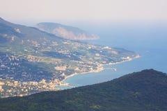 Black Sea kust, berg och staden med en fågels flyg crimea royaltyfri fotografi