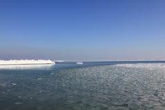 Black Sea på en klar vinterdag Arkivfoto