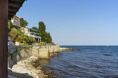 Black Sea på gammal stadbakgrund Arkivfoto