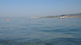 Black Sea seglar utmed kusten Arkivbild