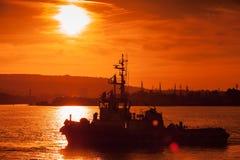 Black Sea solnedgång Bogserbåtskeppet är kommande, Varna Royaltyfria Foton