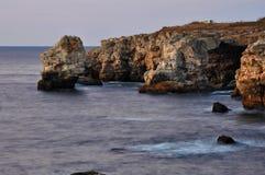 Black Sea vaggar klippor Arkivfoton