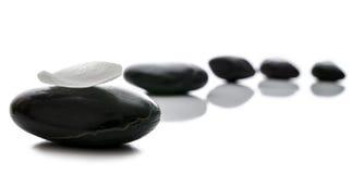 Black spa πέτρες σε μια σειρά Στοκ Εικόνα