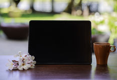Black tablet and a cup of coffee Royalty Free Stock Photos