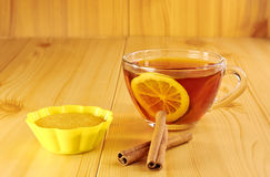 Black tea with lemon and cinnamon muffins Stock Images