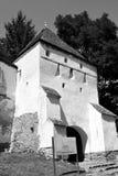 Black&White 被加强的中世纪撒克逊人的教会在Ungra,特兰西瓦尼亚 库存照片