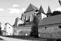Black&White 被加强的撒克逊人的中世纪教会在村庄Biertan,特兰西瓦尼亚 免版税库存图片