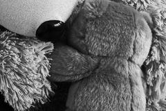 Black and white photo of  two teddy bears hugging each Royalty Free Stock Photography