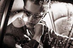 Black&white-Porträt eines gutaussehenden Mannes, der im Auto sitzt Stockfoto