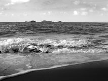 Black and white waves in the sea Royalty Free Stock Photos