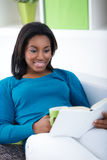 Black woman reading book Royalty Free Stock Photos