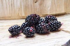 Blackberry και ξύλινο υπόβαθρο Στοκ εικόνα με δικαίωμα ελεύθερης χρήσης