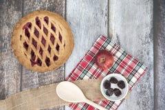 Blackberry και πίτα μήλων με τα φρούτα Στοκ Εικόνες