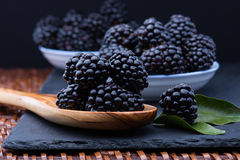 Blackberry στον πίνακα πετρών Στοκ εικόνες με δικαίωμα ελεύθερης χρήσης