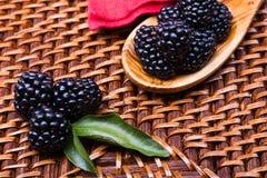 Blackberry στο ψάθινο υπόβαθρο Στοκ Εικόνες