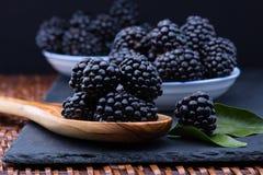 Blackberry auf Steinbrett lizenzfreie stockbilder