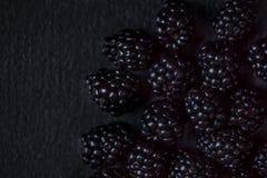 Blackberry bakgrund Closeup av nya björnbär på svart t Royaltyfria Bilder