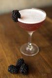 Blackberry-cocktail met een houten achtergrond Stock Afbeeldingen