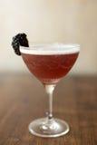 Blackberry-cocktail met een houten achtergrond Stock Foto's