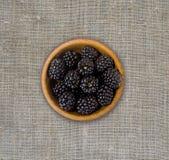 Blackberry i en träbunke Arkivfoton