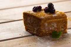 Blackberry kakor på trätabellen royaltyfria foton