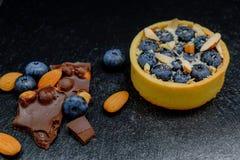 Blackberry-Kuchentörtchen mit Sahne, Mandel und Schokolade Lizenzfreie Stockfotografie