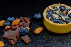 Blackberry-Kuchentörtchen mit Sahne, Mandel und Schokolade Lizenzfreie Stockfotos