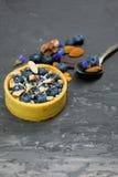 Blackberry-Kuchentörtchen mit Sahne, Mandel und Schokolade Stockfoto