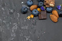 Blackberry-Kuchentörtchen mit Sahne, Mandel und Schokolade Stockfotos