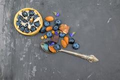 Blackberry-Kuchentörtchen mit Sahne, Mandel und Schokolade mit Weinleselöffel Lizenzfreie Stockbilder