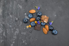 Blackberry, Mandel und Schokolade mit Weinleselöffel Stockbilder