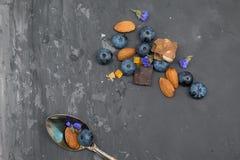 Blackberry, mandorla e cioccolato con il cucchiaio d'annata Immagine Stock Libera da Diritti