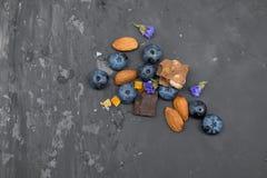 Blackberry, mandorla e cioccolato con il cucchiaio d'annata Immagini Stock