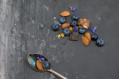 Blackberry, mandorla e cioccolato con il cucchiaio d'annata Fotografia Stock