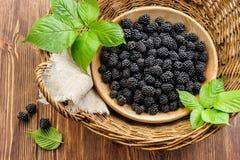 Blackberry in merce nel carrello di legno della ciotola Fotografia Stock Libera da Diritti