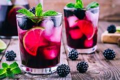 Blackberry-mojito Cocktail mit Kalk und Minze stockfotografie