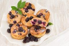 Blackberry-muffins op een plaat Royalty-vrije Stock Afbeelding
