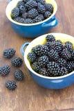 Blackberry op houten textuur dichte omhooggaand Royalty-vrije Stock Afbeeldingen
