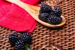 Blackberry su fondo di vimini Fotografia Stock