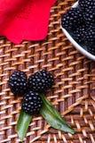 Blackberry su fondo di vimini Immagine Stock