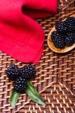 Blackberry su fondo di vimini Immagini Stock Libere da Diritti