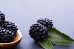 Blackberry sul bordo di pietra Fotografia Stock Libera da Diritti